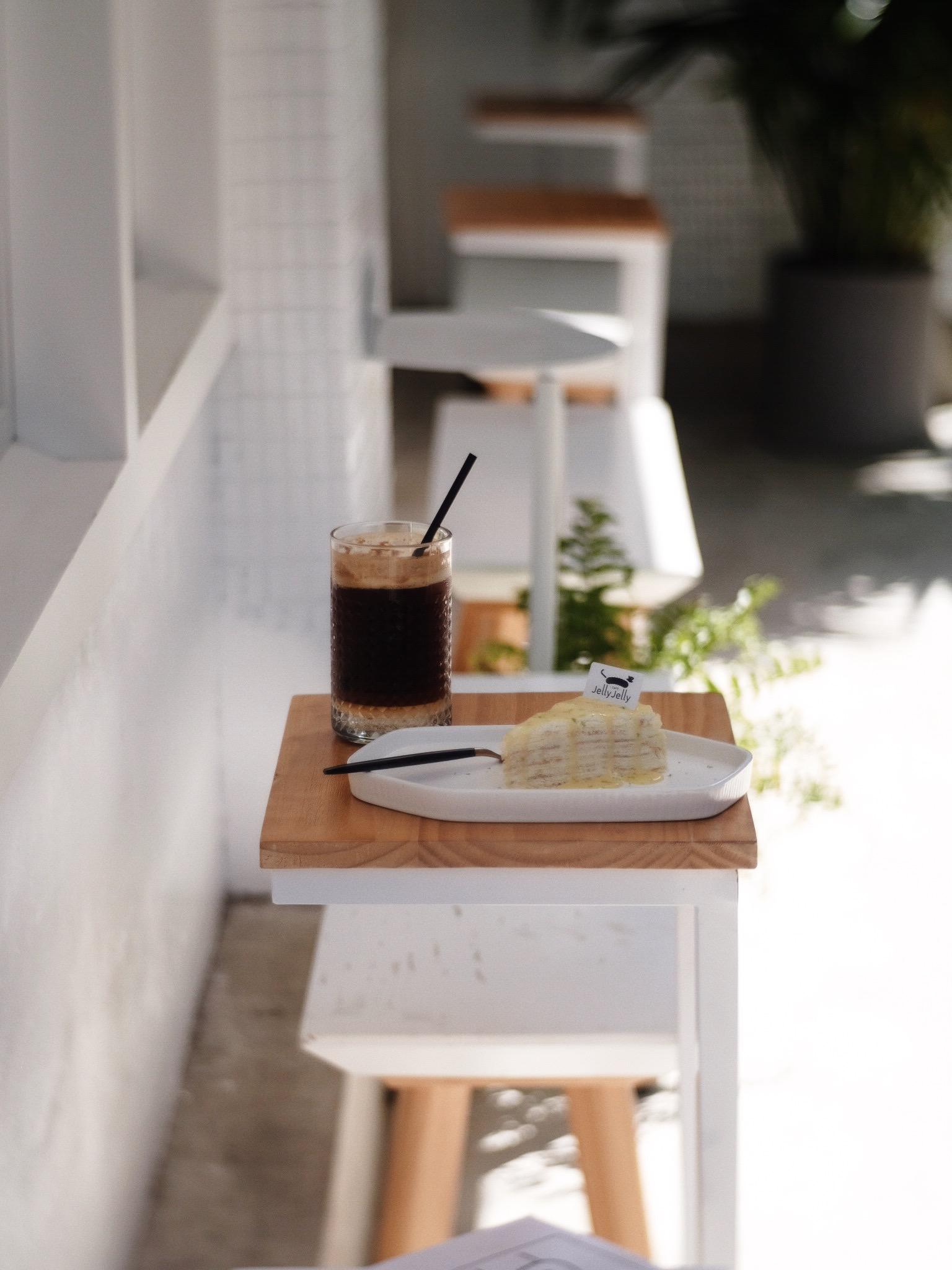 J E L L Y *゜J E L L Y 𓎹𓂃ᤲ𑀇 / JellyJelly 慢工烘焙  .  Lemon millecrepe cake with espresso frizz *゜ 檸檬千層 咖啡特調 烘焙店起家的jelly jelly 千層蛋糕非常軟熟 配上酸甜的檸檬淋醬 好吃 (覺得這個千層可以跟Lady M比,但還是LadyM好一點)  地址:台北市中正區臨沂街31-1號 時間:12:00-19:00 (週一、週二公休)