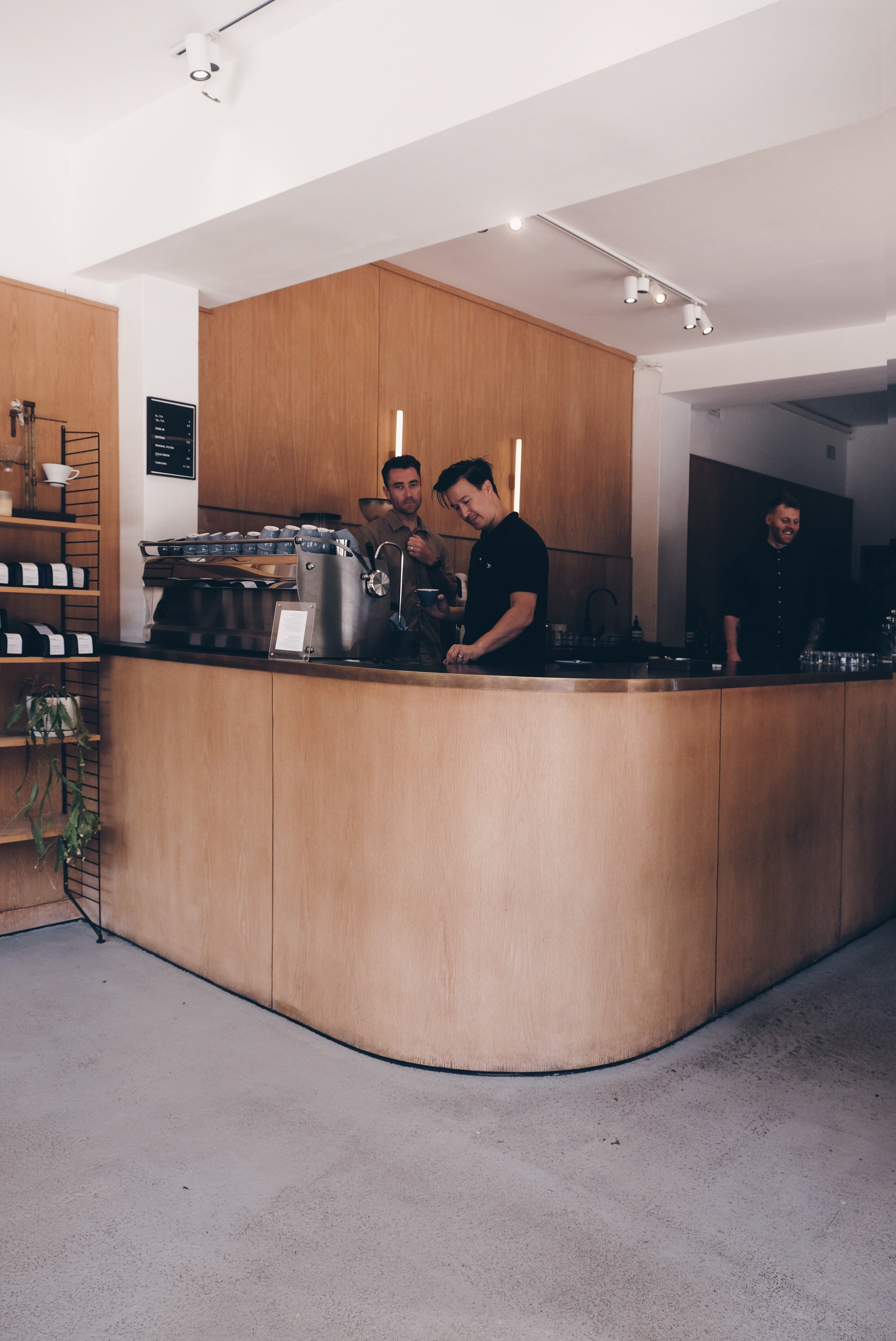 A R T I F I C E R /  Artificer Specialty Coffee Bar & Roastery   繼續在S u r r y h i l l s 的小區喝咖啡 轉角的Artificer 星期日的早上仍然繁忙 叫了冰拿鐵後才看到menu上有cascara這項飲品 (是咖啡核的外皮) 可能要找個時間二訪了! . A very cute cafe located at the corner of Surry Hills. Ordered the iced latte under the heat of 30 degree and only afterwards I realised there is a really interesting drink called cascara! Maybe I should find another time for revisit and try that one! https://www.instagram.com/p/BsATh2VFkci/?utm_source=ig_web_button_share_sheet  📍 547 Bourke St.  Surry Hills . Sydney