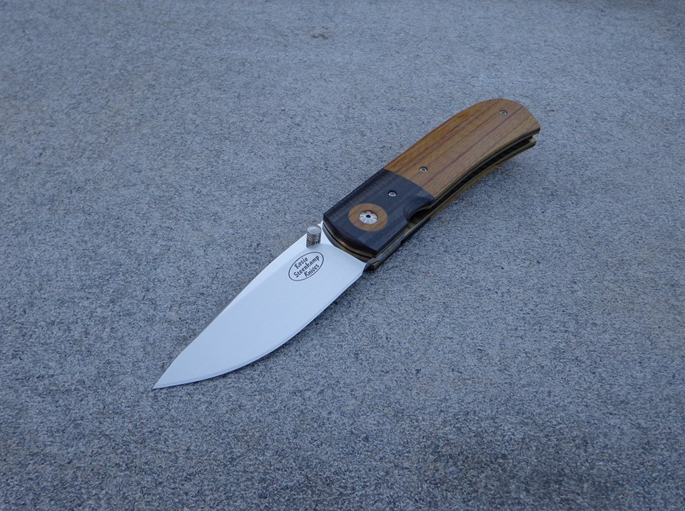 Knife: Sakson I Liner Lock. Blade: Böhler N690 Stainless Steel. Liners: Titanium, anodized golden. Handle scales: Xcut Micarta and CF+G10. Pocket clip: Titanium, anaodized golden.