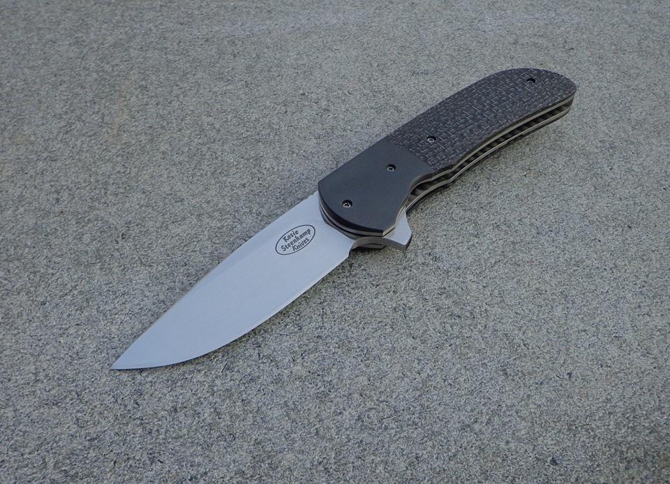 Knife: Piuma Flipper Liner Lock - IKBS. Blade: BöhlerM390 Stainless Steel. Liners: Titanium. Bolsters: Zirconium. Handle scales: Silver Lightning Strike Carbon Fiber with Titanium belt clip.