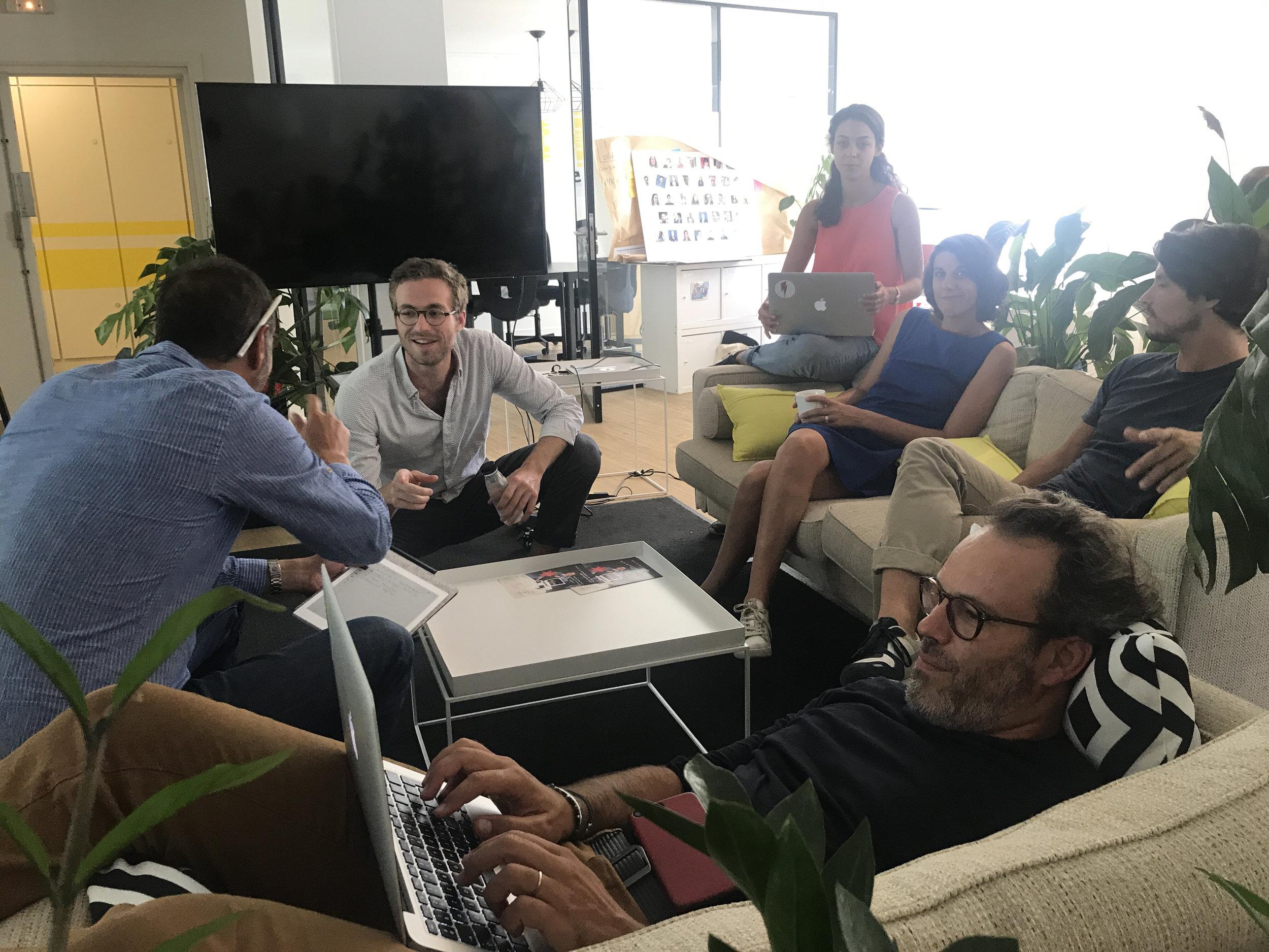 L'équipe AmazingContent brainstorme dans le salon