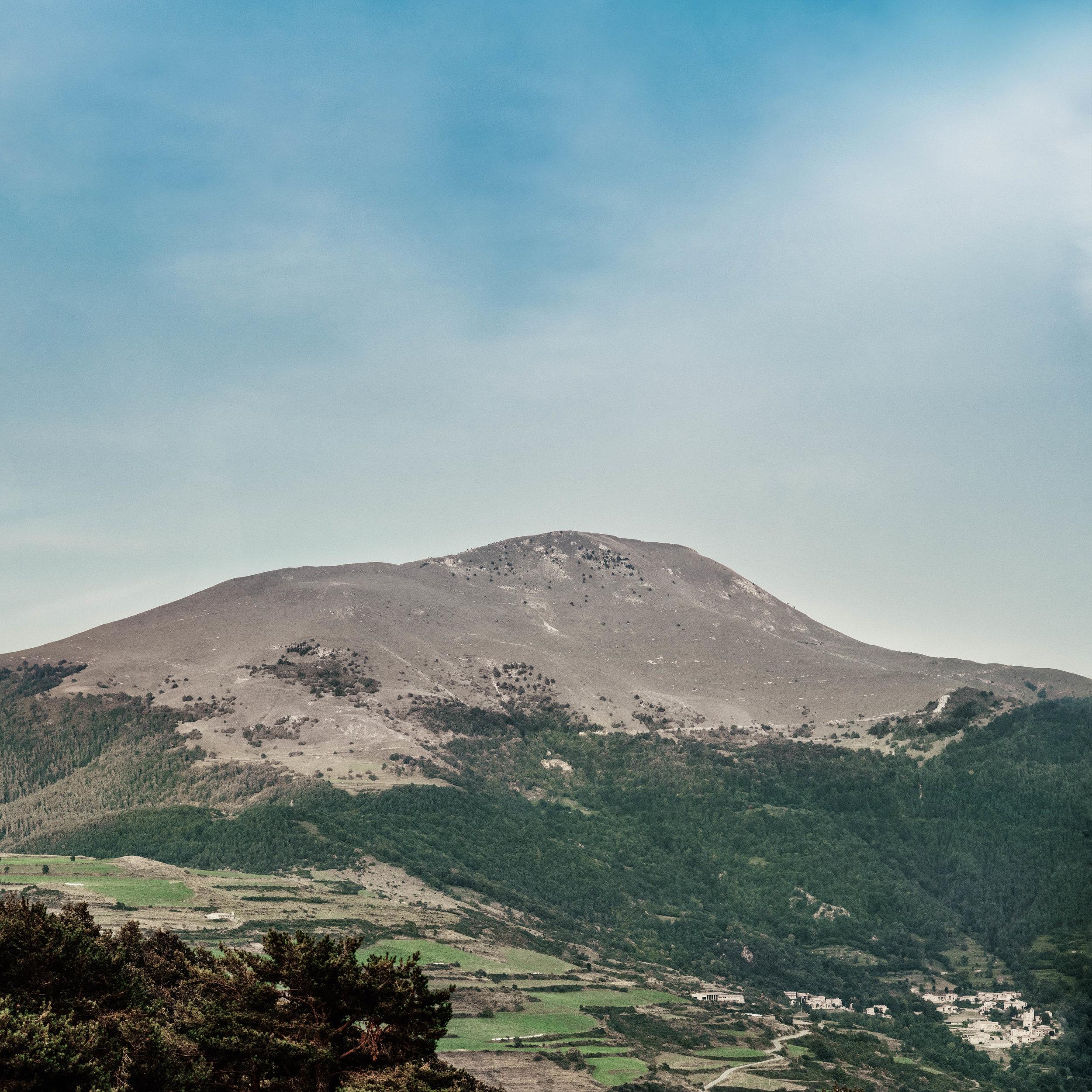 Serra Cavallera  El Taga a 2.040m i el Puigestela a 2.013m són de les muntanyes més populars i accessibles del Ripollès. Ideals per iniciar-se en l'excursionisme, s'hi pot accedir des de diversos punts tot, entre els quals destaquen la ruta des de Pardines i també des del coll de Jou.