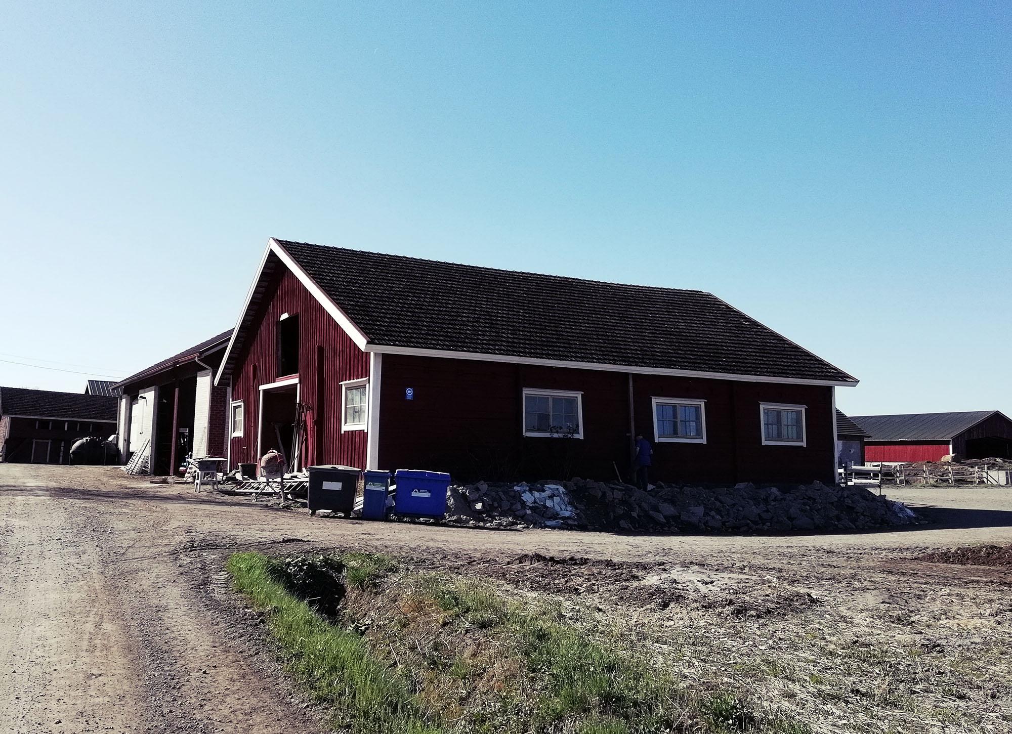 Ainutlaatuinen studio - Lammaskalliolle valmistuu uusi studio 31.12.2018. Se on suunniteltu mahdollisimman viihtyisäksi luovaksi tilaksi. Janne Riionheimon kanssa suunnitellut tilat tehdään valtavan hyvän kuuloisiksi. Tila on avara ja valoisa, ja ikkunoista näkyy hevoslaidun sekäpeltoa silmänkantamattomiin.