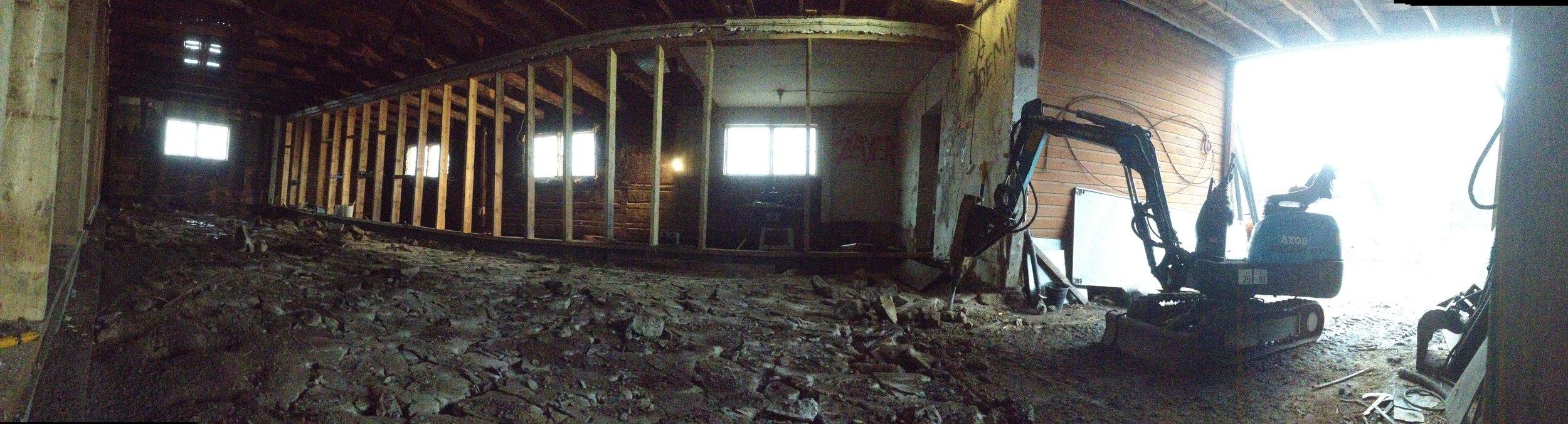Vanha betonilattia piikattuna. Kaivurilla pois ja uutta tilalle!