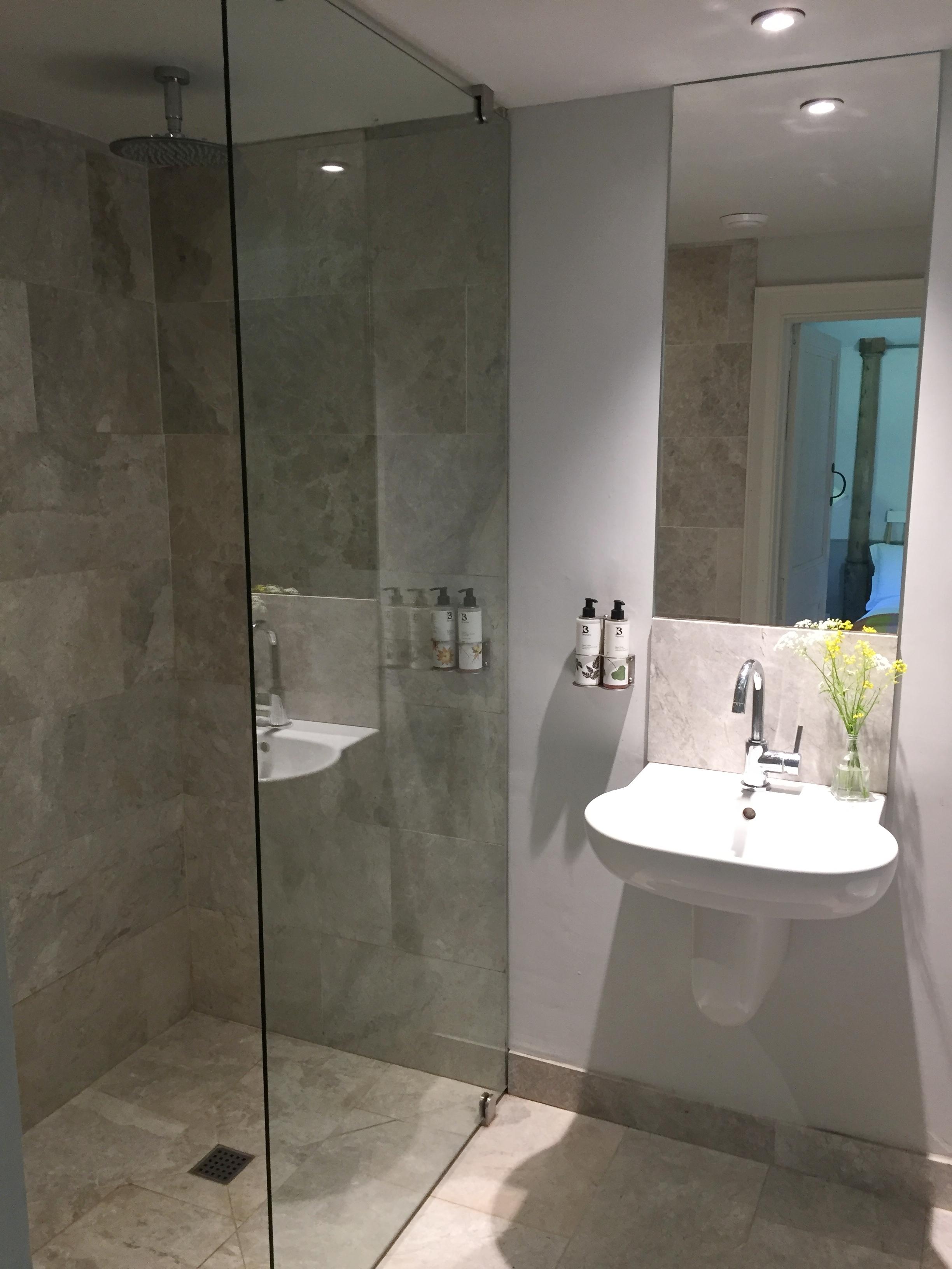 - En suite marble wet room