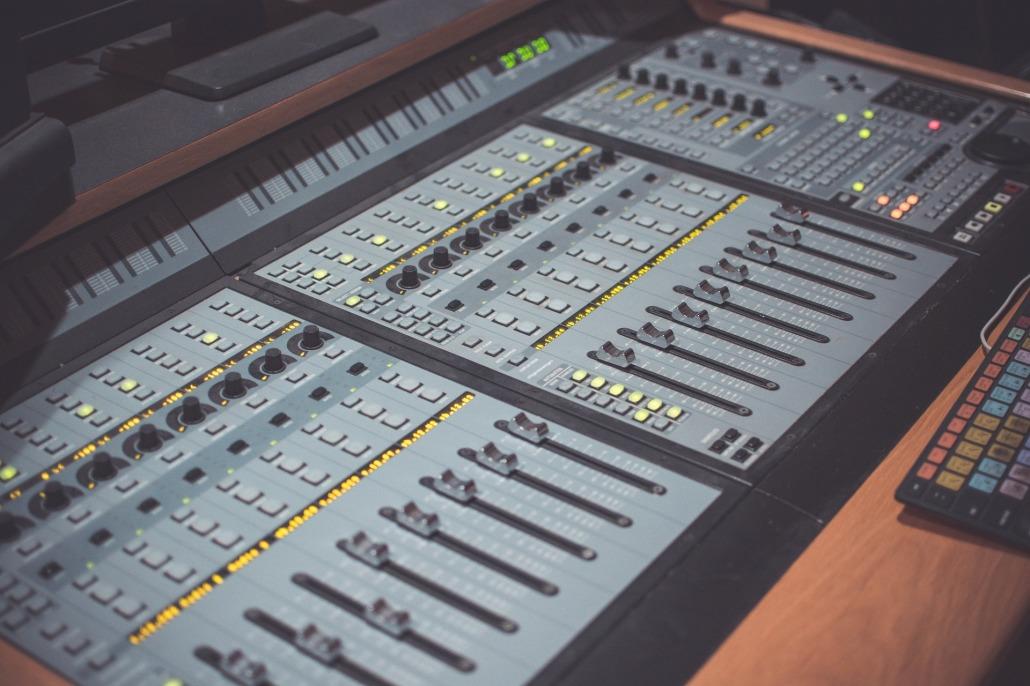 Home Studio - O curso de Home Studio tem como objetivo abordar o processo de gravação, mixagem e masterização de áudio, trabalhando com conceitos como acústica, teoria de áudio, padrões e posições de microfone, plugins de áudio etc. Os alunos irão planejar, criar e produzir sua própria música durante o curso.