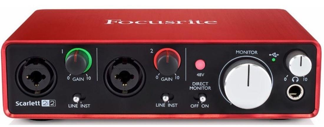 Interface de áudio: preciso de uma na JAM? - Uma interface de áudio permite que você conecte microfones (1 ou mais ao mesmo tempo a depender do modelo), regule seu ganho (quantidade de sinal que alimenta o microfone para intensidade da gravação) e conectar dispositivos MIDI (algumas interfaces possuem entrada e saída MIDI). Apesar de as interfaces de áudio te darem mais opções de controle e conectividade, ela não é um item essencial para se produzir áudio em uma Game Jam. Existem outras formas de se realizar gravações de áudio sem uma interface de áudio, conforme veremos mais adiante.