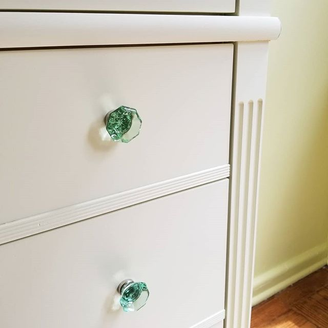 Fluted pilaster detail on built in soft close drawers. Design @marcymasterson Fabrication by Robert Kalka  #nycwoodworking #brooklynwoodworking #cabinetmakernyc #brooklynnavyyard #robertkalkacustomwoodworking #robertkalka