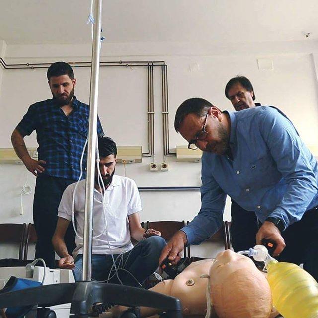 """'Il s'agit pour nous de donner des cours de médecine d'urgence à ces hommes et ces femmes. Notre slogan : """"Former, c'est sauver des vies.""""' Raphaël Pitti - Va où l'humanité te porte"""