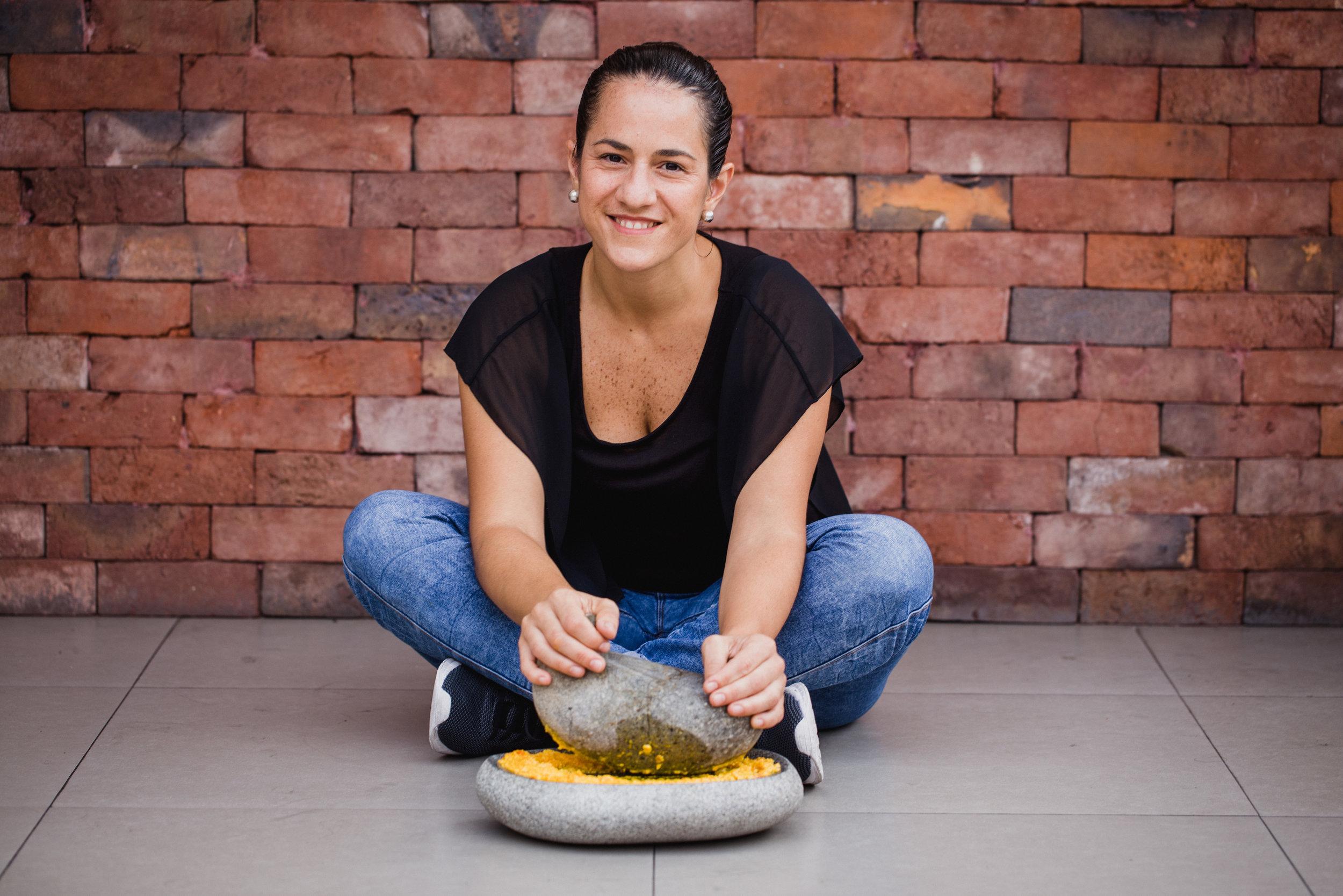 AIMA   Hora de tapear a la peruana: tostadas y tapas a base de yuca, papa rellena o papa frita, con harto sabor criollo y acompañadas de salsas preparadas en un tradicional batán de piedra.