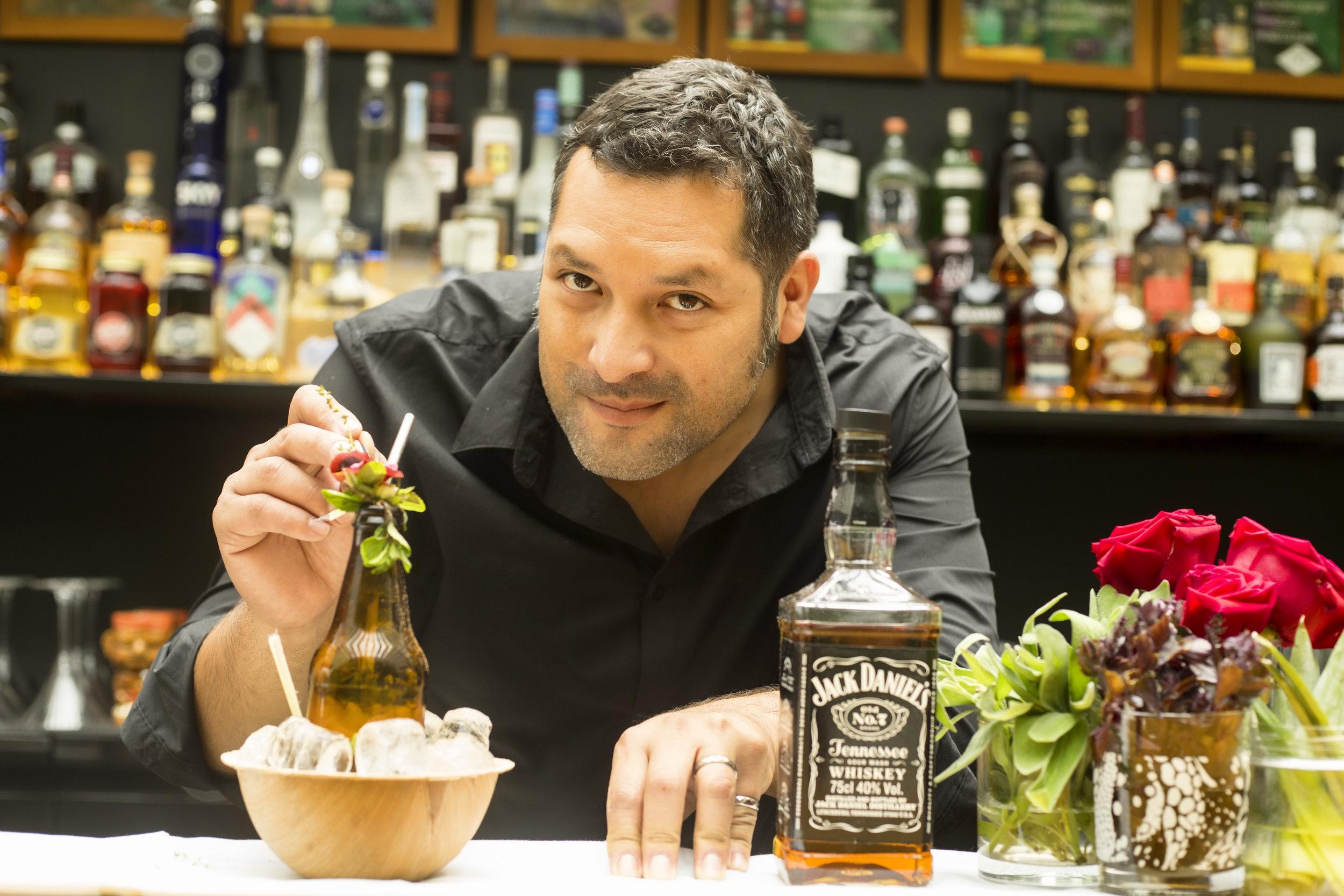 CURANDERO   Más de 30 estilos de cervezas artesanales, además de cocteles a base de gin, pisco, vodka, ron y whisky, y una selecta cava de vinos europeos y americanos.