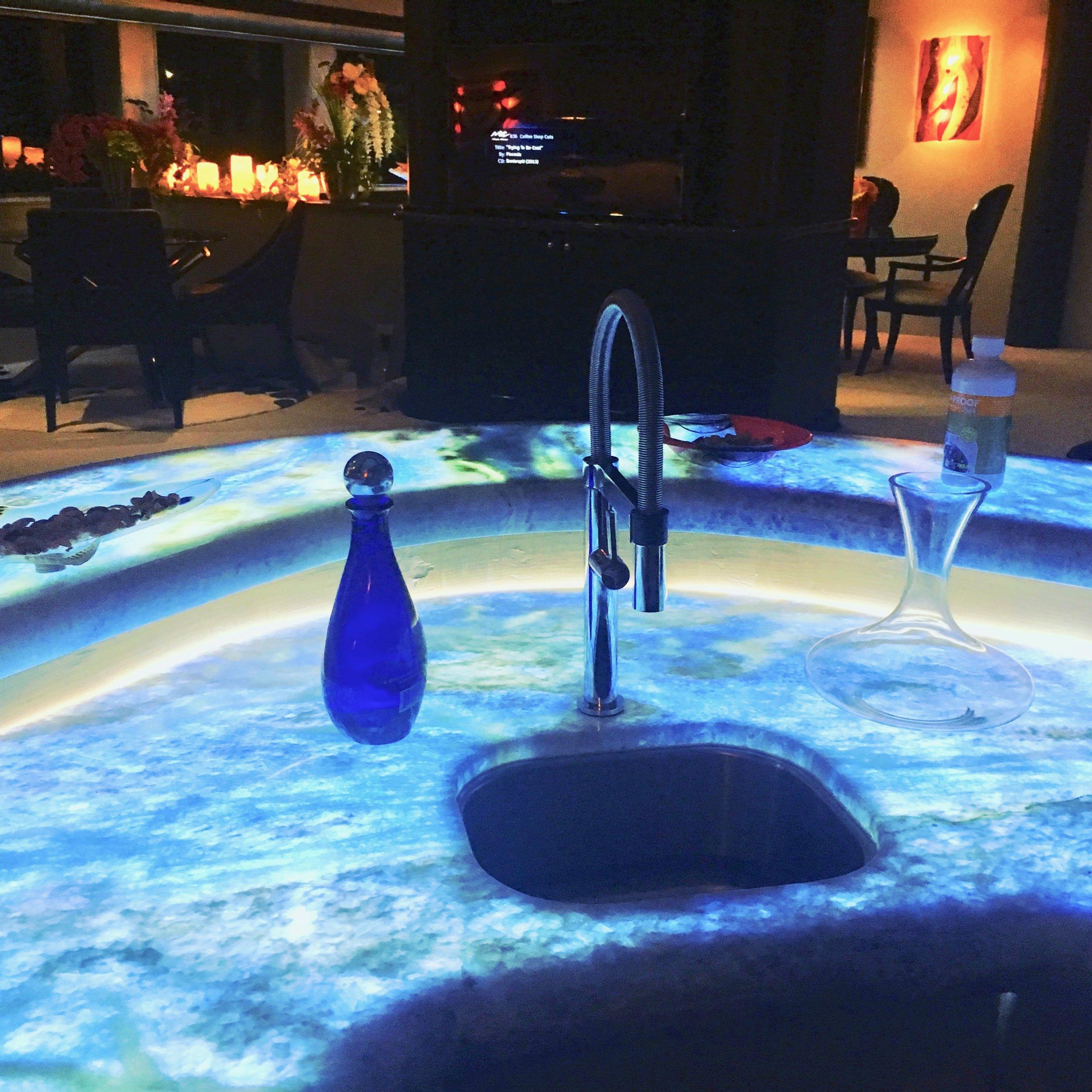09 Salon bar night.jpg