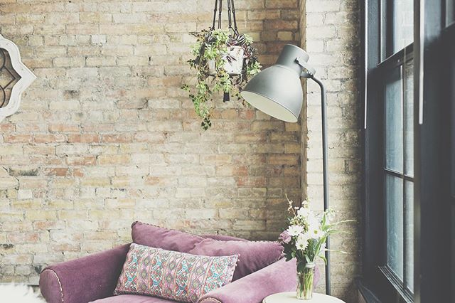 Nothing feels more fresh for #Spring than having beautiful #flowers in your home. 🌷 * P R I S T I N E  T I P * Create a cozy corner in your apartment by utilizing the vertical space with hanging plants!