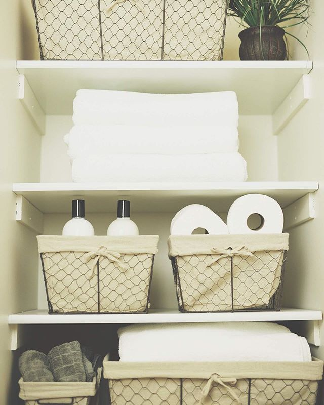 | P R I S T I N E  T I P | Baskets are a simple solution to keeping a  bathroom or linen closet organized. They are perfect for keeping similar items together, such as towels and toiletries, while keeping the space uniform by using the same basket throughout. * Click the #linkinbio for more apartment and small space organizing tips in the The Minne Pristine Way #blog.