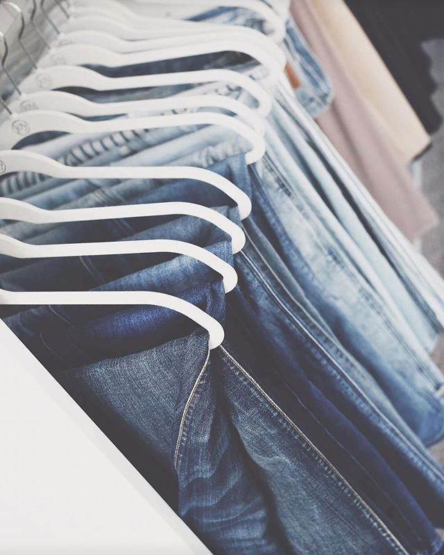 | P R I S T I N E  T I P |  Denim storage can be flexible depending on your drawer and closet space. Try different methods to see which feels best for your space. Do you hang, file fold or stack your jeans? • Click the #linkinbio for more tips in the The Minne Pristine Way #blog.