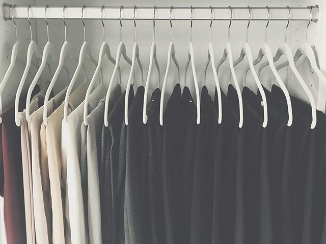The best way to start a closet refresh is to take everything out first! Seeing and touching everything you own is an important step of the organizing process. * My job is to help you do that! Tap the #linkinbio to learn more about: ✨O R G A N I Z A T I O N ✨D E C L U T T E R I N G ✨S T Y L I N G ✨S T A G I N G
