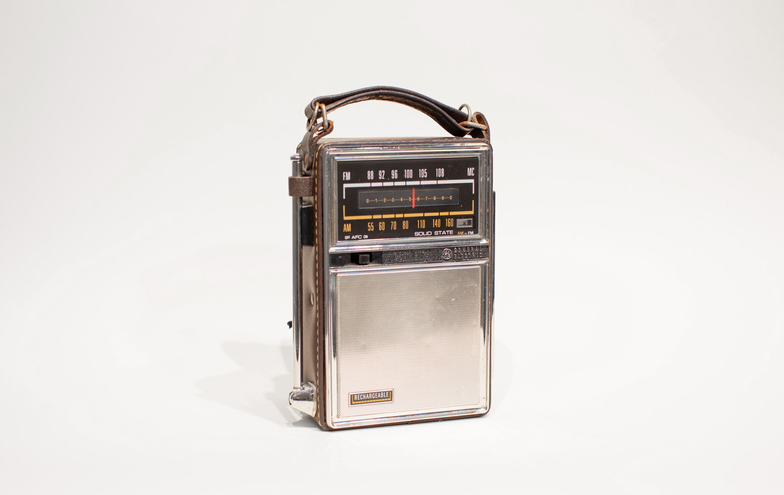 """From the Banks   Enjoy Series  (2019) GE P2975 AM/FM Transistor Radio, FM Transmitter, Jacques Brel's  Quand on n'a que l'amour  9.5"""" x 5"""" x 2.5"""", Duration Infinite"""