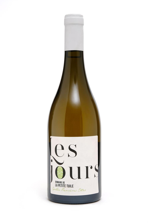 """Les JoursAOP GAiLLAC PREMIÈRES CÔTES - Un blanc issu uniquement de Loin de l'œil, dont certaines baies sont passerillées sur souche afin d'allier concentration des arômes et fraîcheur. Vendangés à la main, les raisins sont ensuite pressés avec douceur, puis écoulés directement en barriques pour la fermentation et l'élevage d'un an. Il en résulte un vin blanc de gastronomie, aux parfums de poire, de fleurs blanches et de miel, d'une grande persistance aromatique.""""Au nez, des parfums intenses de fruits exotiques sur un discret fond boisé. En bouche, du volume, de la rondeur et de la suavité. Un blanc généreux à réserver pour la table."""" Guide Hachette des Vins 2018""""Fruité, mûr et frais, avec un boisé bien intégré."""" Bettane&Desseauve, Grand Tasting"""