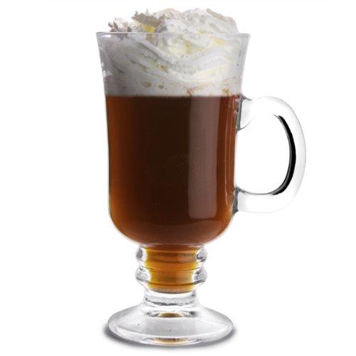 Café Irlandes - Preparar una copa similar a las de agua, calentarla bien y en ella pondremos: una copa de Whisky Irlandés muy caliente, una cucharadita de azúcar moreno y café negro caliente.Mezclar bien, cubrir el café con crema de leche debiendo quedar flotando sobre el mismo. Para ello, utilizaremos una cucharadita de las de café y por la parte convexa dejaremos deslizar muy despacio la crema.Normalmente, al no tener crema de leche, se utiliza nata montada rebajándola con un poco de leche fría. En el caso de no tener azúcar moreno, se utilizará azúcar molida.