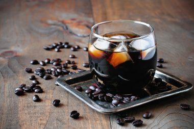 Café al Coñac - Preparar un café exprés corto. A parte tomar un taza y verter una copa de coñac. Poner en una cucharadita un terrón de azúcar, mojarla en el coñac y prender fuego. Introducir el terrón poco a poco, en el coñac de la tacita hasta que prenda del todo. Dejar arder unos 5 minutos. Verter el café muy caliente.