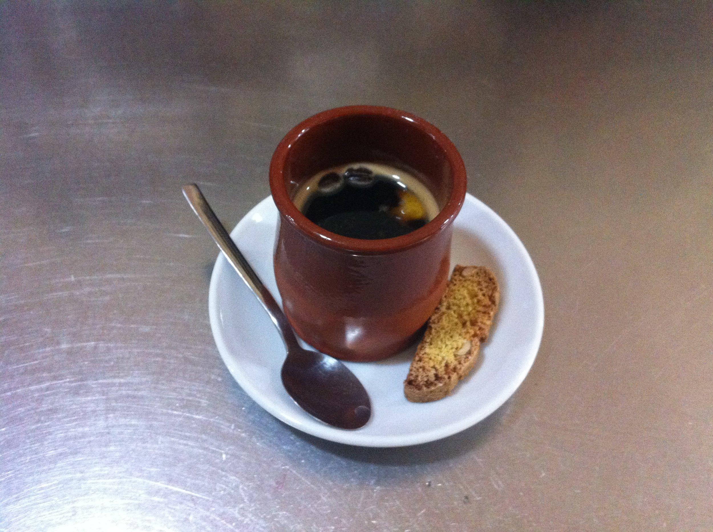 Cremat - ngredientes: ¾ l. de ron blanco, ½ l. de coñac,, 1/4 Kg de azúcar, la corteza de 1 naranja, la corteza de 1 limón, canela en rama.Prepare 1/2 litro de café (8 tazas) Vierta el ron y el coñac en una cazuela de barro; añada el azúcar, las cortezas de naranja y limón y un palito de canela; póngalo en el fuego y deje cocer hasta que el líquido reduzca a la mitad. Enciéndalo y añada el café muy caliente. Se sirve inmediatamente.