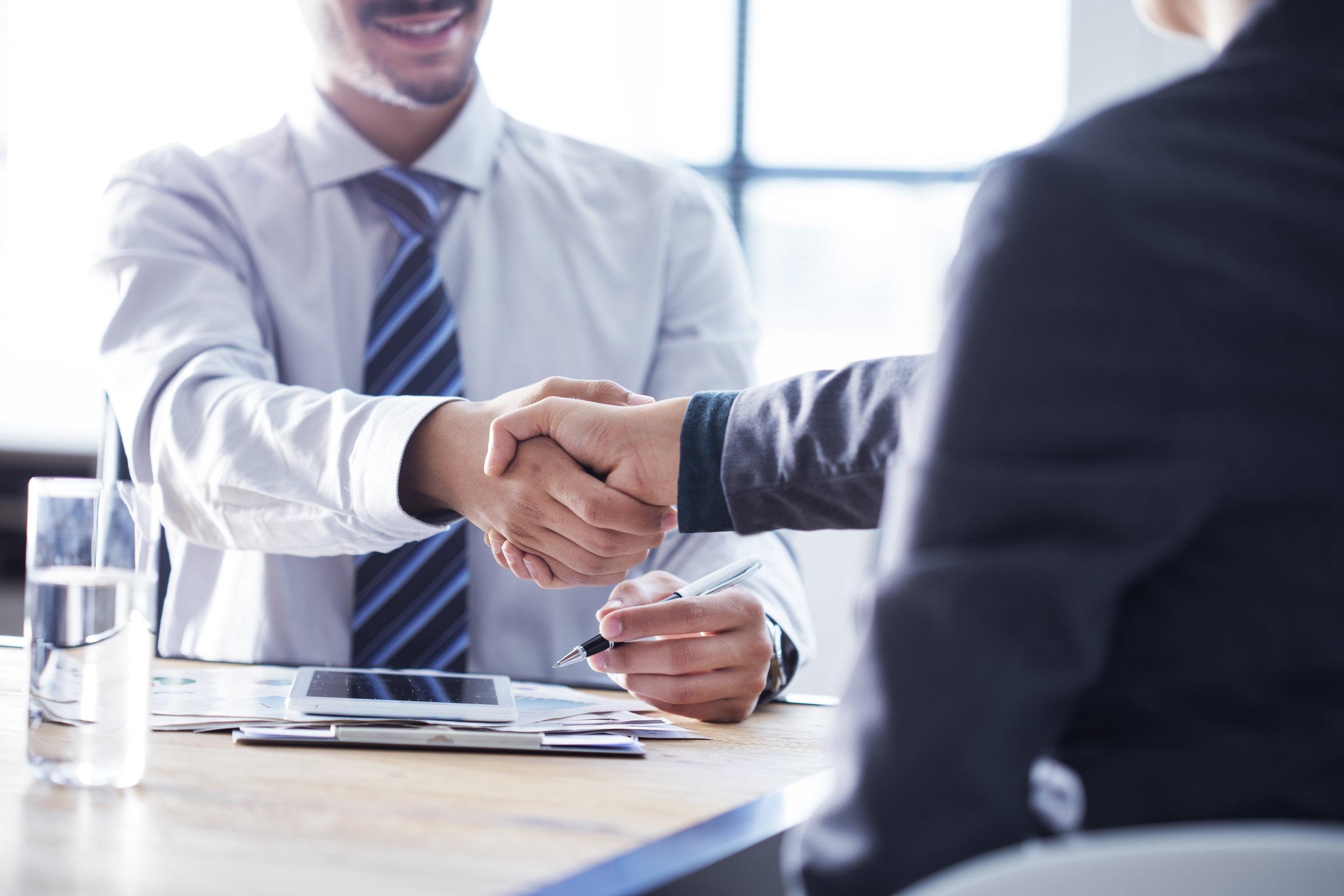 Annonsering - Rekrutteringsprosesser hvor stillingen blir utlyst i utvalgte medier, trykk eller digitalt. Vi tar hånd om hele prosessen - alt fra utarbeidelse av kravspesifikasjon og annonse, kontakt med annonsebyrå, administrasjon av søknader, innkalling til intervjuer, gjennomføring av disse, vurdering av kandidatene, referansesjekk og endelig anbefaling.