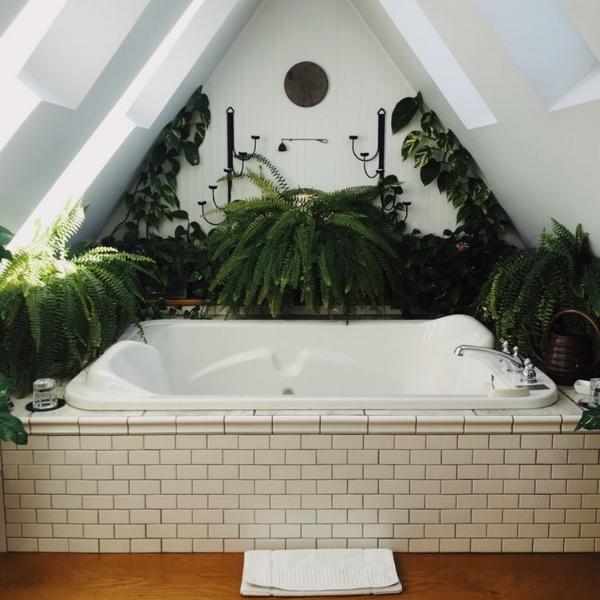Warm comfortable bathtub for birth