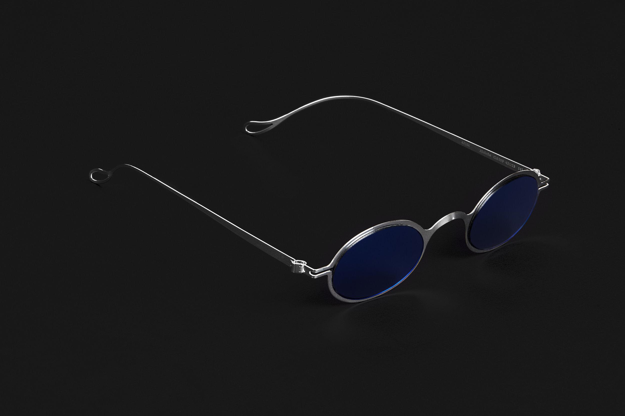haffmans_neumeister_absinthe_argentum_litmus_blue_phasmid_sunglasses_angle_102221.jpg