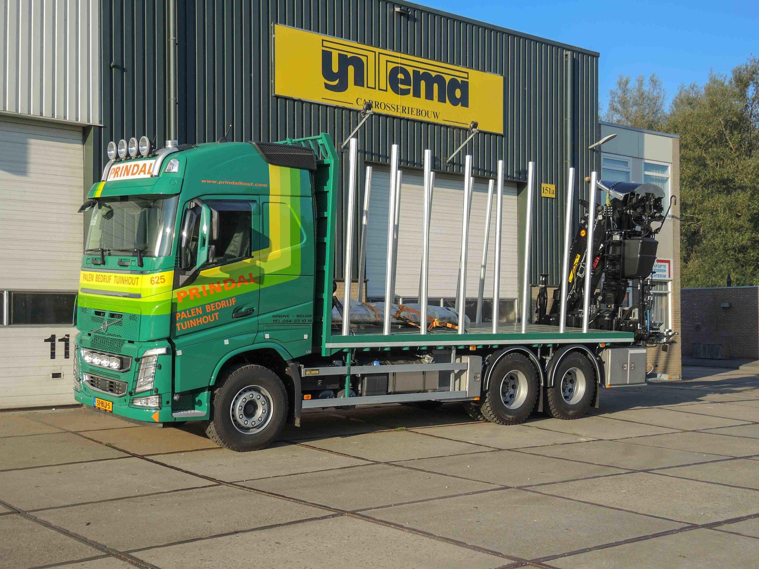 Open laadbak met HIAB loglift F140ZT95 laad- en loskraan - aanzicht voorkant