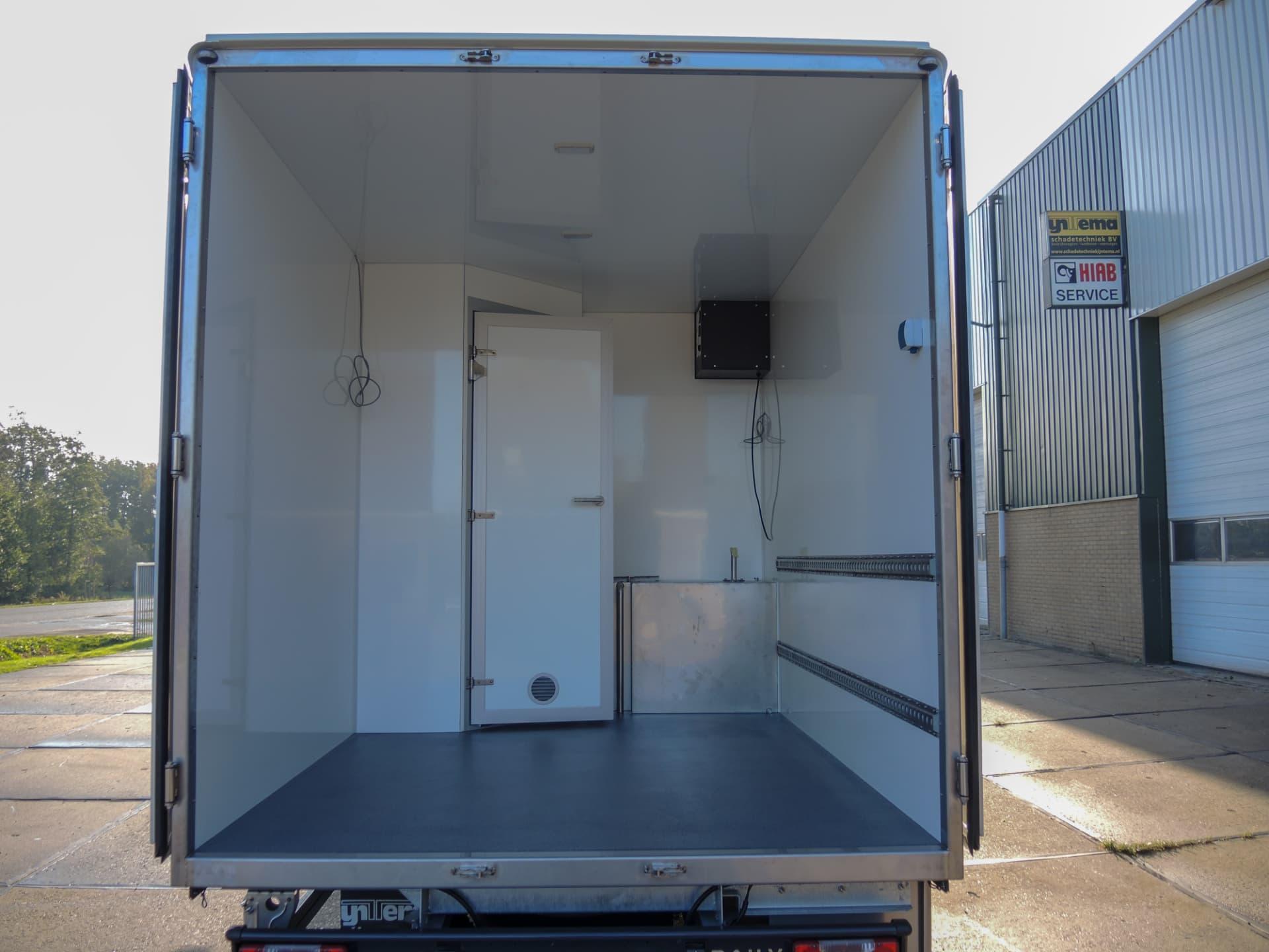 Gesloten carrosserie met douche voor asbestsanering