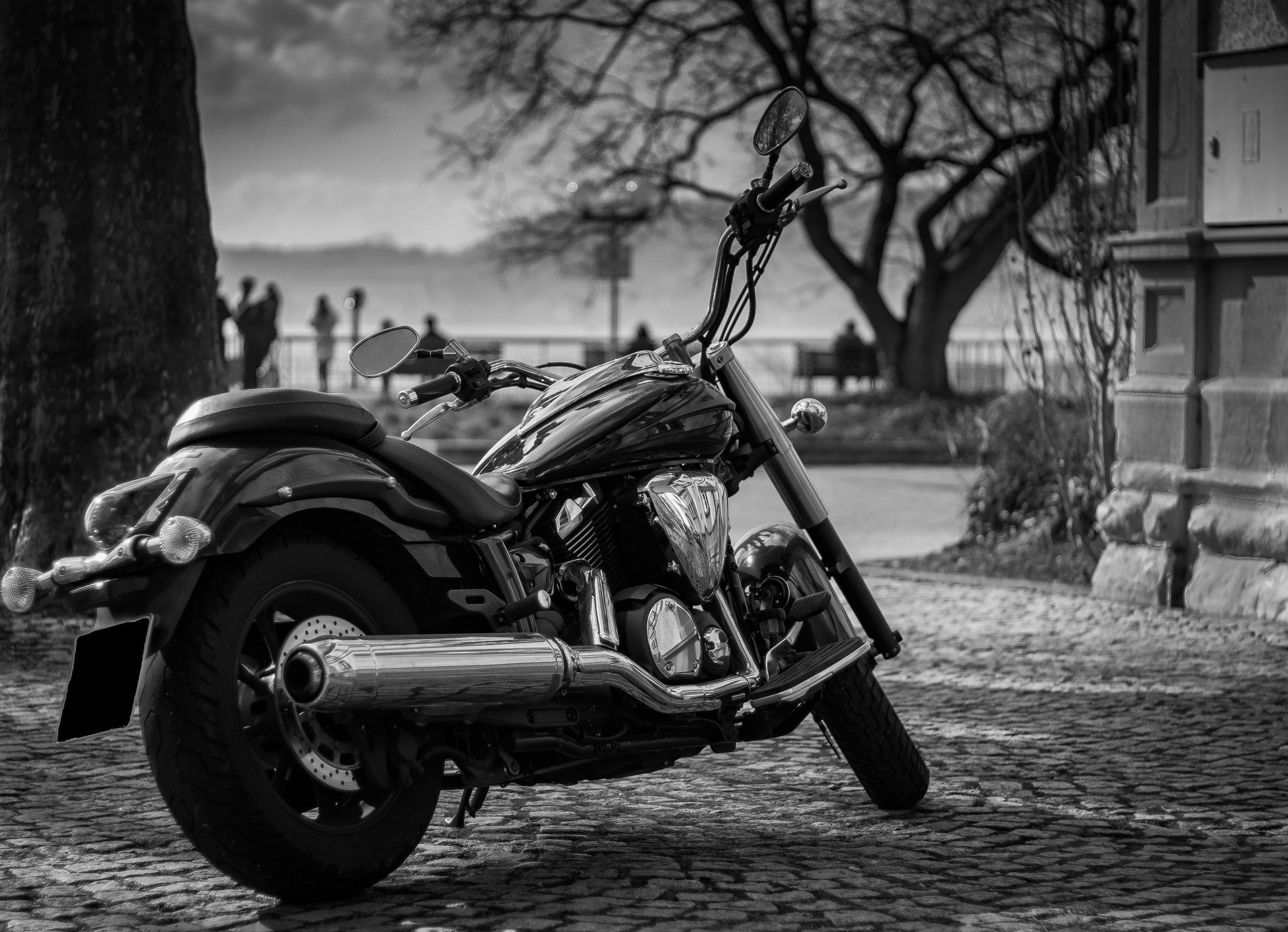 black-and-white-chrome-city-356010.jpg