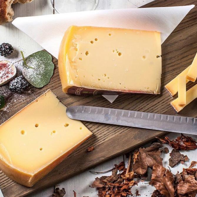 Vores oste - Alle vore oste er 100 % økologiske, da vi mener at økologi fremmer bæredygtigheden og sikrer at dyrene har et godt liv - det kan nemlig smages i ostene!