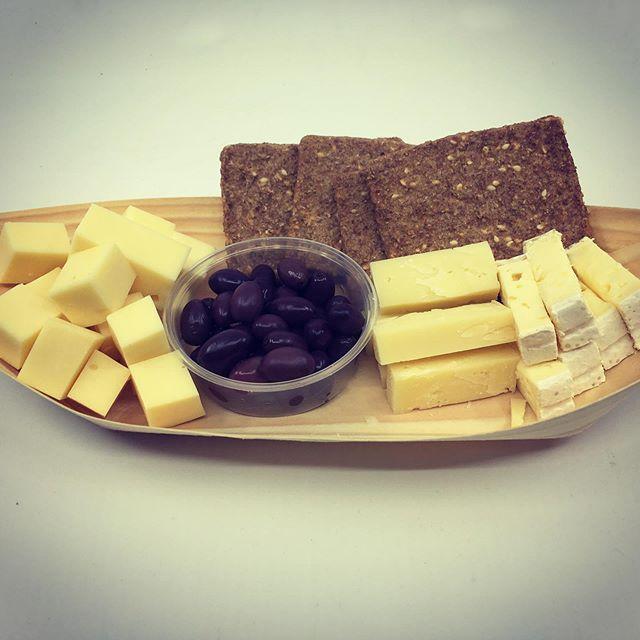 Fik lige taget et foto af vores  ostebåd , som kan nydes hos vores nabo - som er Torbens vinbar , Rosenborggade No 4 🍷🧀👍🏼