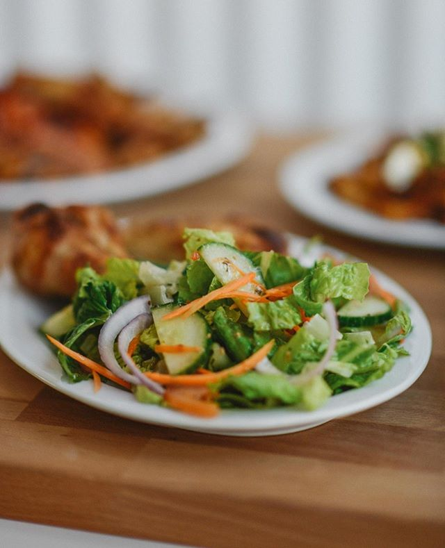 On sert aussi des à-côtés de salade, préparés avec des aliments frais du jour 🥗