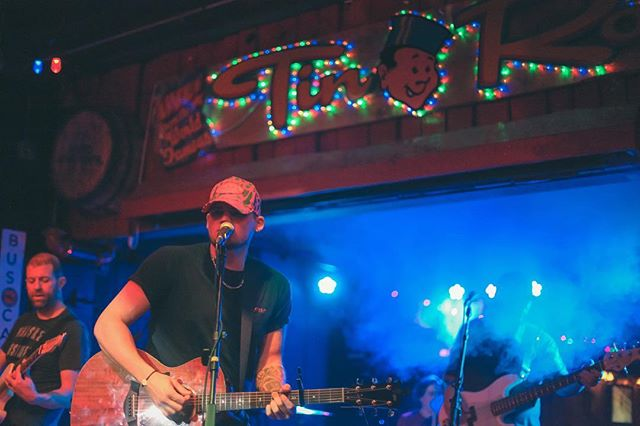 Last night was such a blast! Thank you to all the awesome bands that rocked it! Remember guys we do this every Wednesday night @tinroofnashville 8-11pm! 📸: @ashleybrookephotos #dontmissbuscall #buscallnashville #tinroofdemonbreun #wednesdaynight #fullbandshowcase #nashvillenights