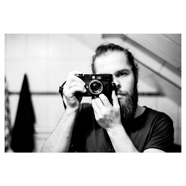 """Åh, toiletspejl-selfien. Et billede der skriger """"Jeg vil gerne blære mig med, at jeg har et dyrt eller et bestemt kamera. Men i virkeligheden bruger jeg det mest bare til at tage billeder af blomster og heste""""  #wannabe #selfie #leica"""