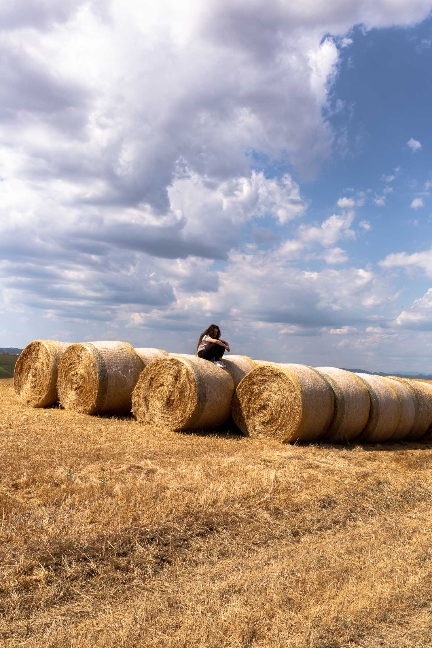 Tuscany-hay-stacks-with-girl-4926.jpg