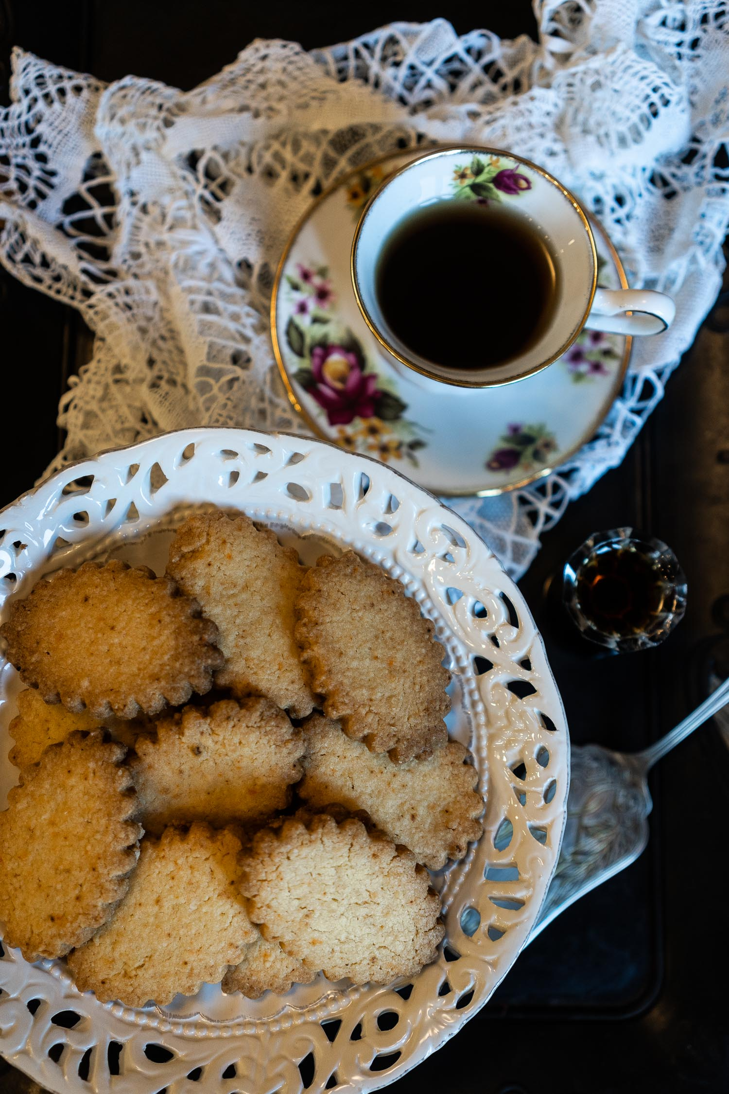 Ginger-and-Chilli-Biscuits-served-with-Masala-Chai-04046.jpg