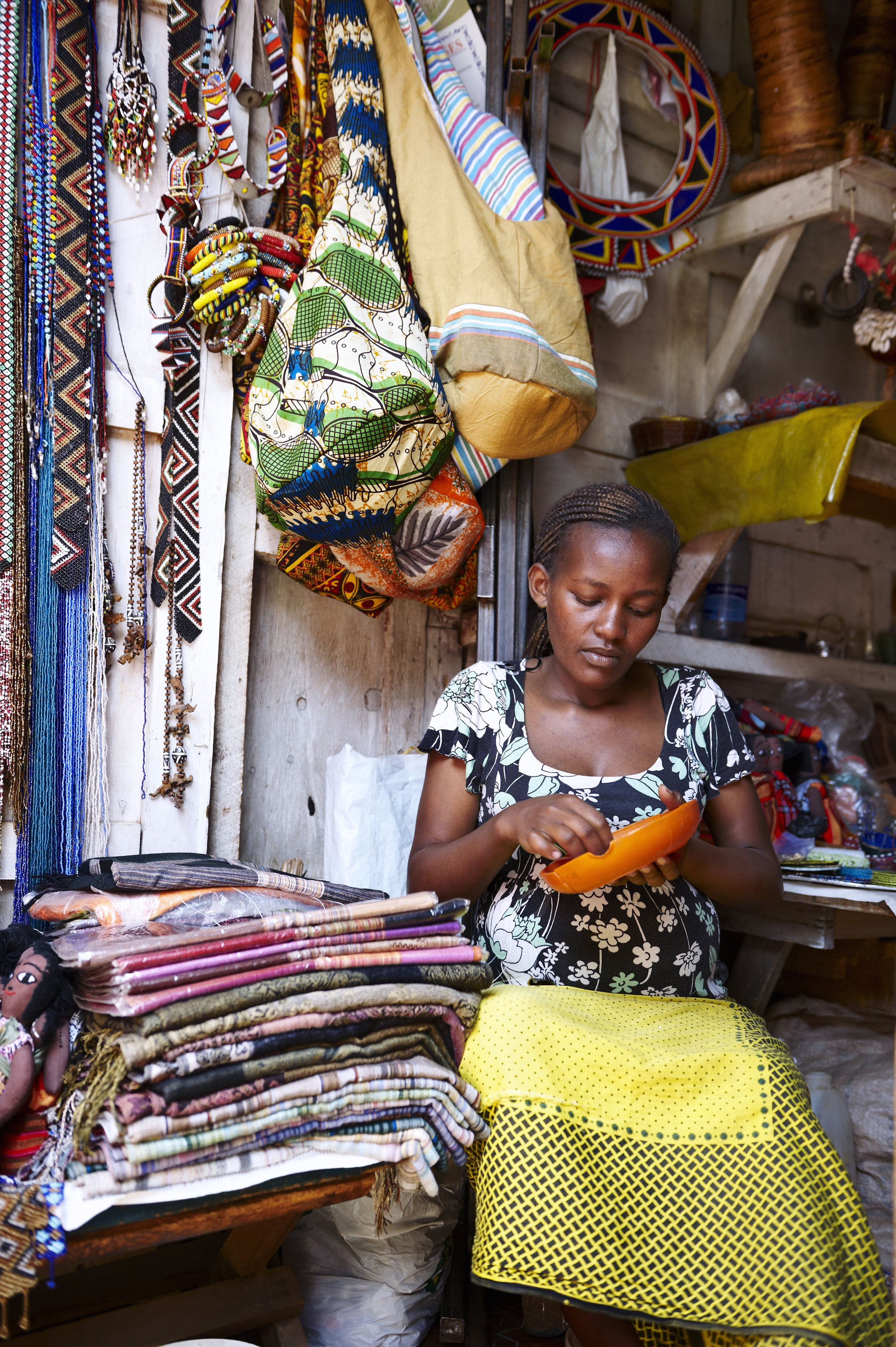 Pregnant woman working in a street market in Nairobi (Kenya)