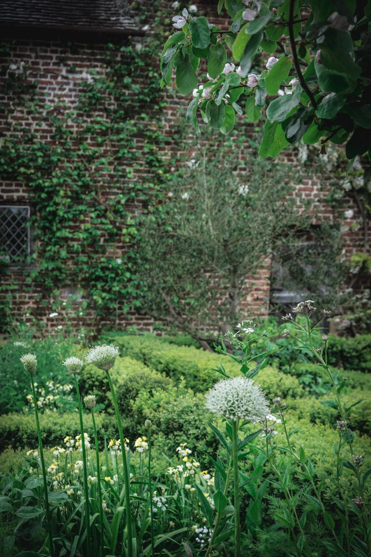Sissinghurst-Castle-English-Garden.jpg