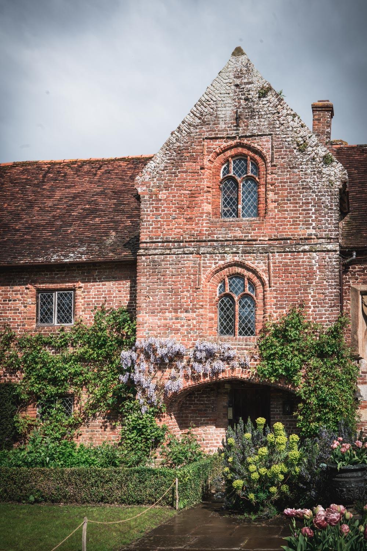 Sissinghurst-Castle-garden-entrance-wysteria.jpg