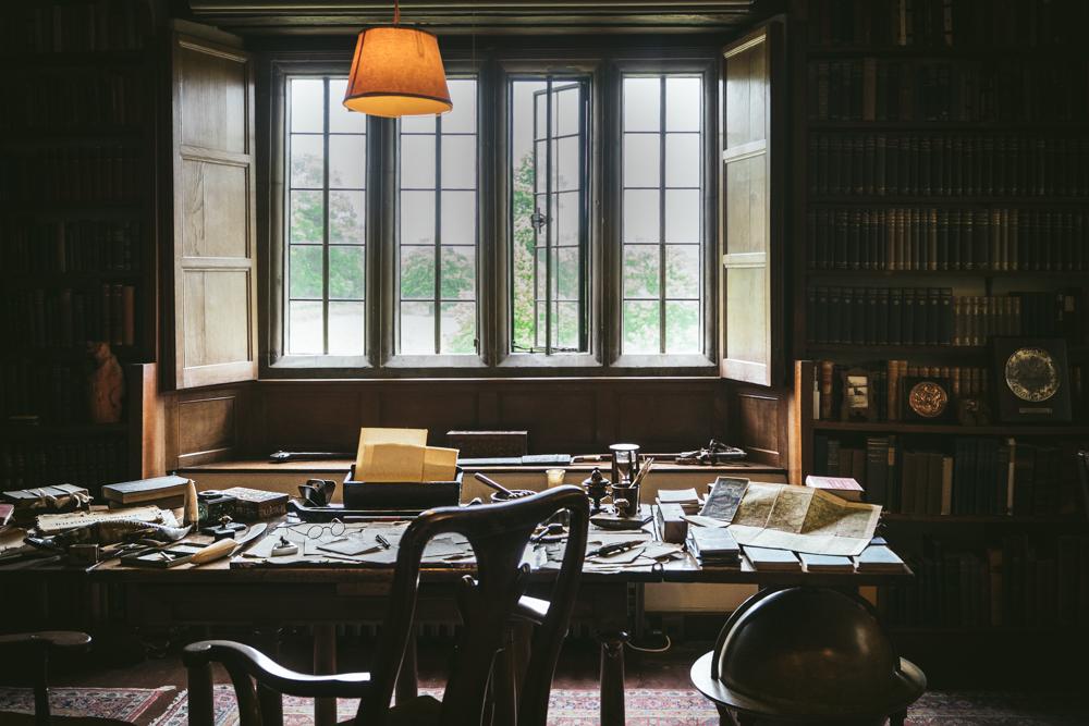Bateman's-Manor-Rudyard-Kipling-Desk.jpg