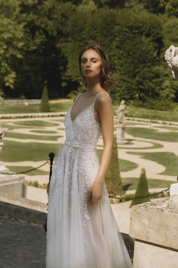 Piece 25 | Embroidered wedding dress fitted at the waist by L'eto Bridal