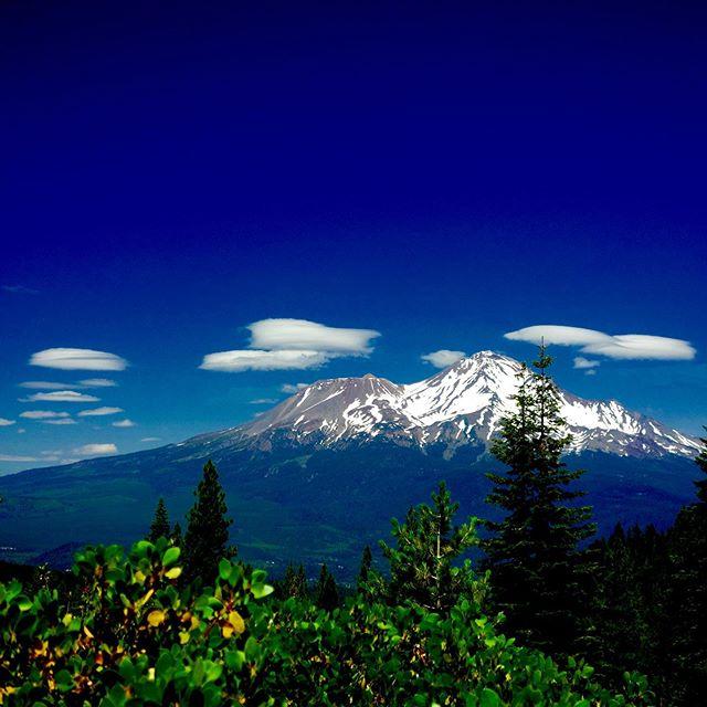 A sky full of Venusian Starships today over Mt Shasta // the oneness // #mtshasta #mountshasta #starseed #starships #ufo #ascension #awake #angels #ascendedmasters #spiritualretreat #spiritual #spiritualawakening #5d #fifthdimension #starseeddreamschool #venusian #mtshastaspiritualtours