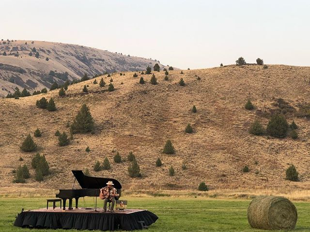 Daniel Robinson sings songs I could listen to all the day long. Thank you @wilsonranchesretreat for hosting #inalandscape with #danielrobinson #fossiloregon #traveloregon #hunternoack @allclassicalportland @sunrivermusicfestival @jschnitzerff @visitcentraloregon  Thank you Jay and Teresa Bowerman for helping make this concert possible. 📷 @storilori