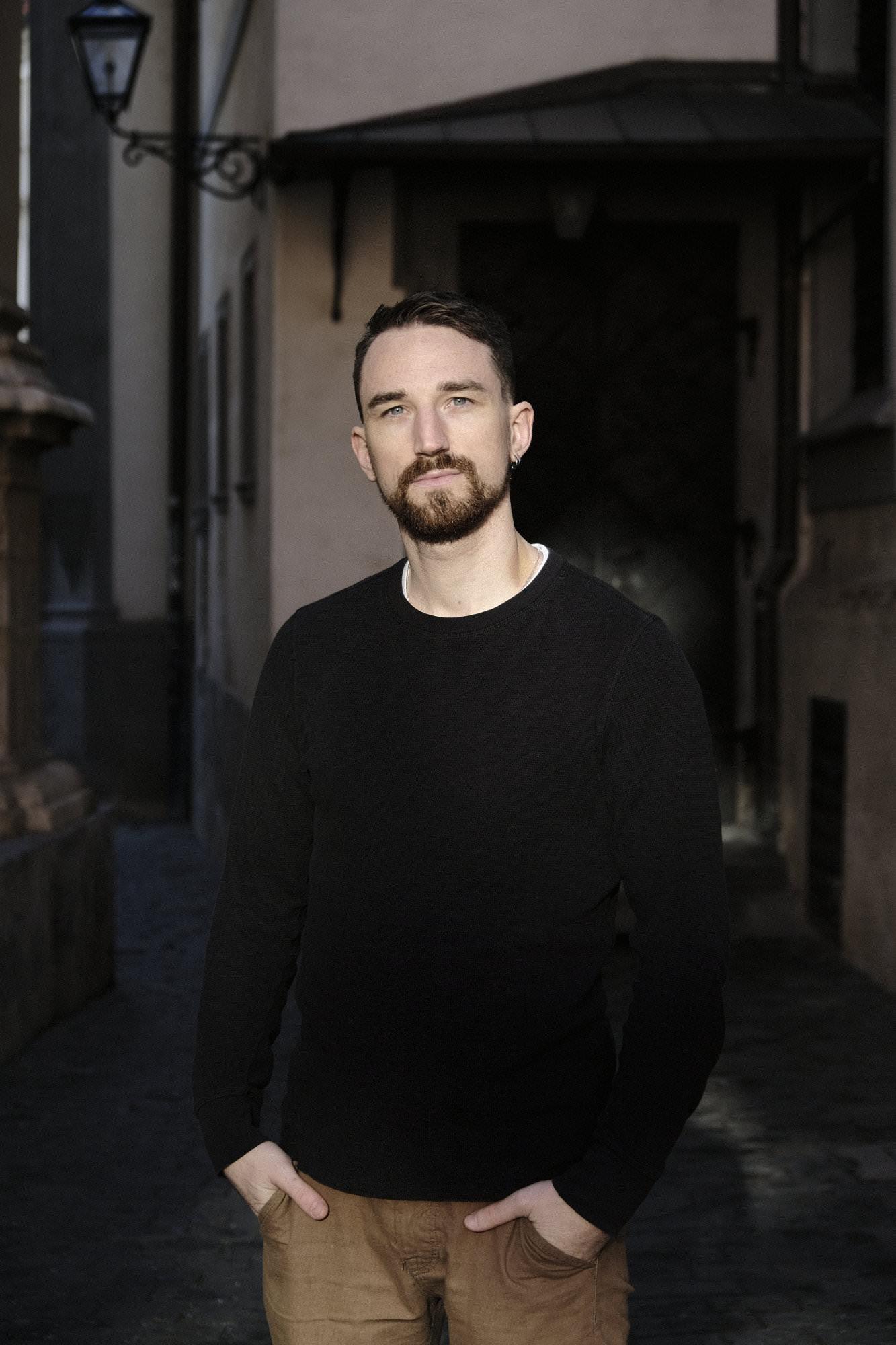 Max Kienreich vom website kiosk. Wir sind Squarespace Experten für Coaches, kreative Selbständige und Selbstständige in Heilberufen - Heilpraktiker.