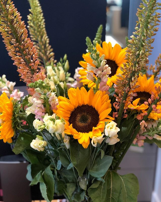 Bright Monday's 🌻🌼#luxuryflowers #londonflorist #flowergram #bespoke #melissarivaflowers #weeklyflowers #sunflowers #brightmonday