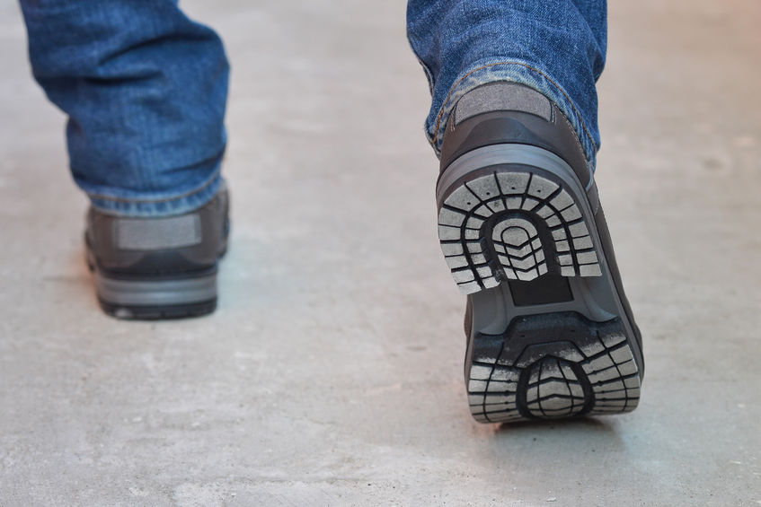 75741137_M_work_boots_man_jeans_walking_legs.jpg