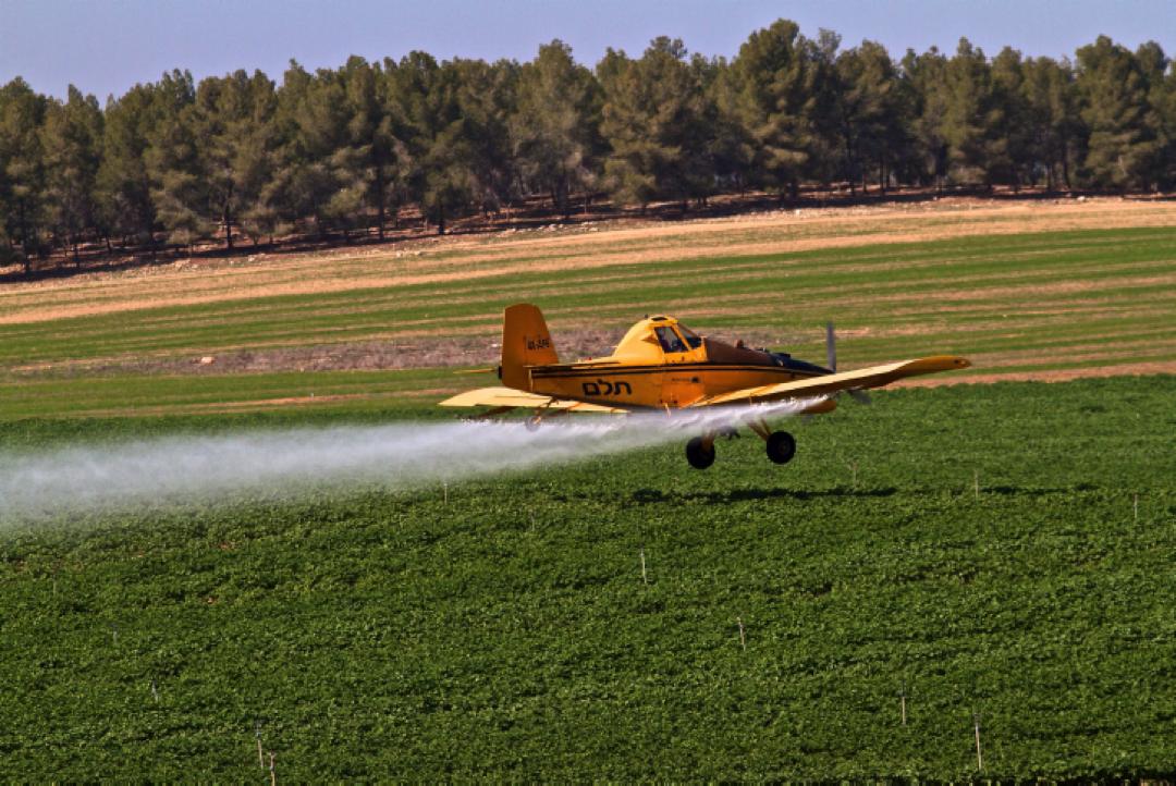 Un avion agricole répand des fertilisants, des pesticides et des fongicides (Crédit : Doron Horowitz/Flash90)