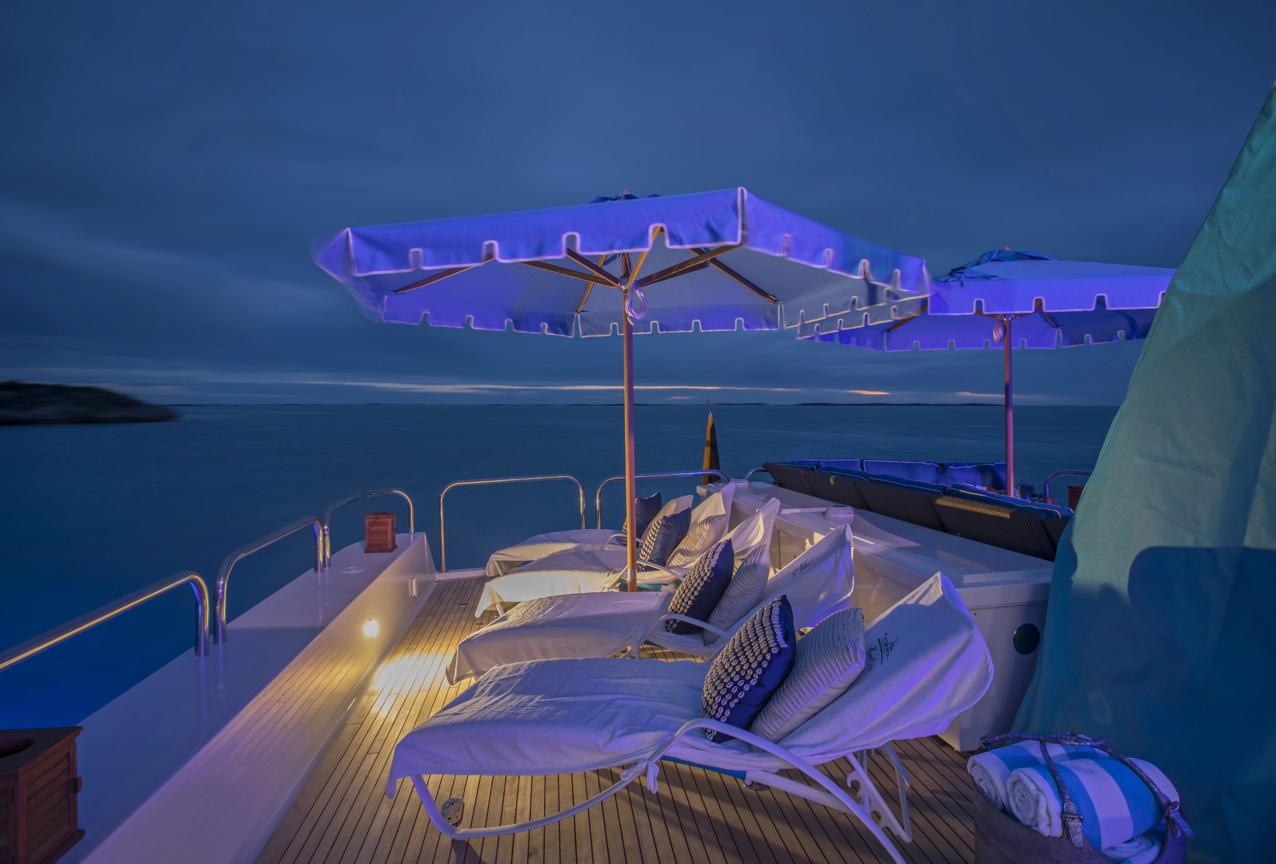 yacht-sweet-escape-sun-loungers-shade-control4